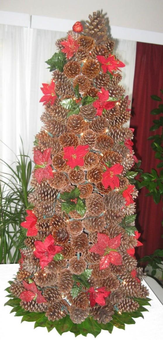 4. Stromeček s květy vánoční hvězdy Zdroj: beacont.com