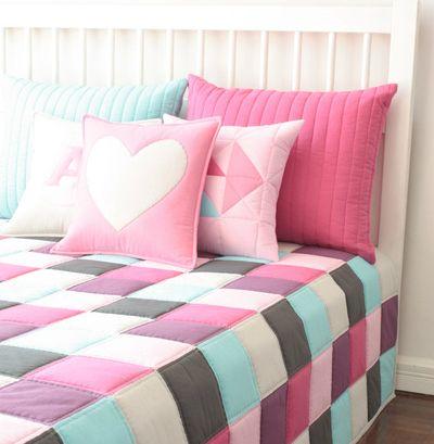 Přehoz přes postel a polštáře patchwork