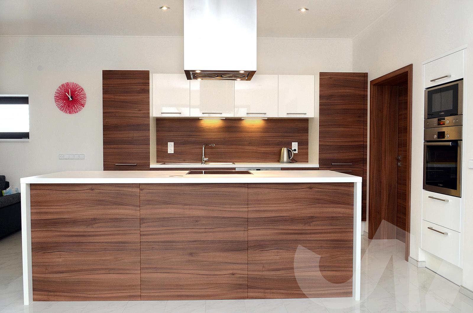 Úžasná kuchyně v kombinaci dřeva a bílé barvy.