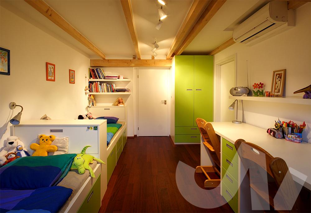 Pokojíček pro sourozence. Úložný prostor, který má každý pěkně na své půlce.