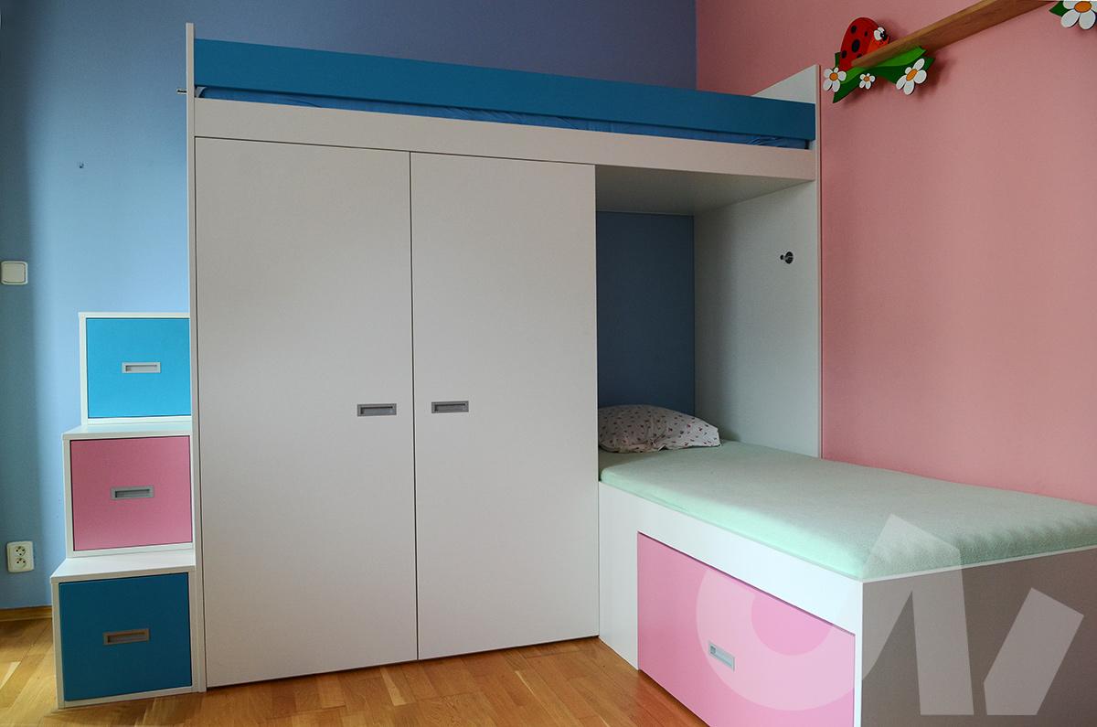 Pro opravdu malý pokoj je ideálním řešením výklopná postel, která se dá lehce schovat do skříně.