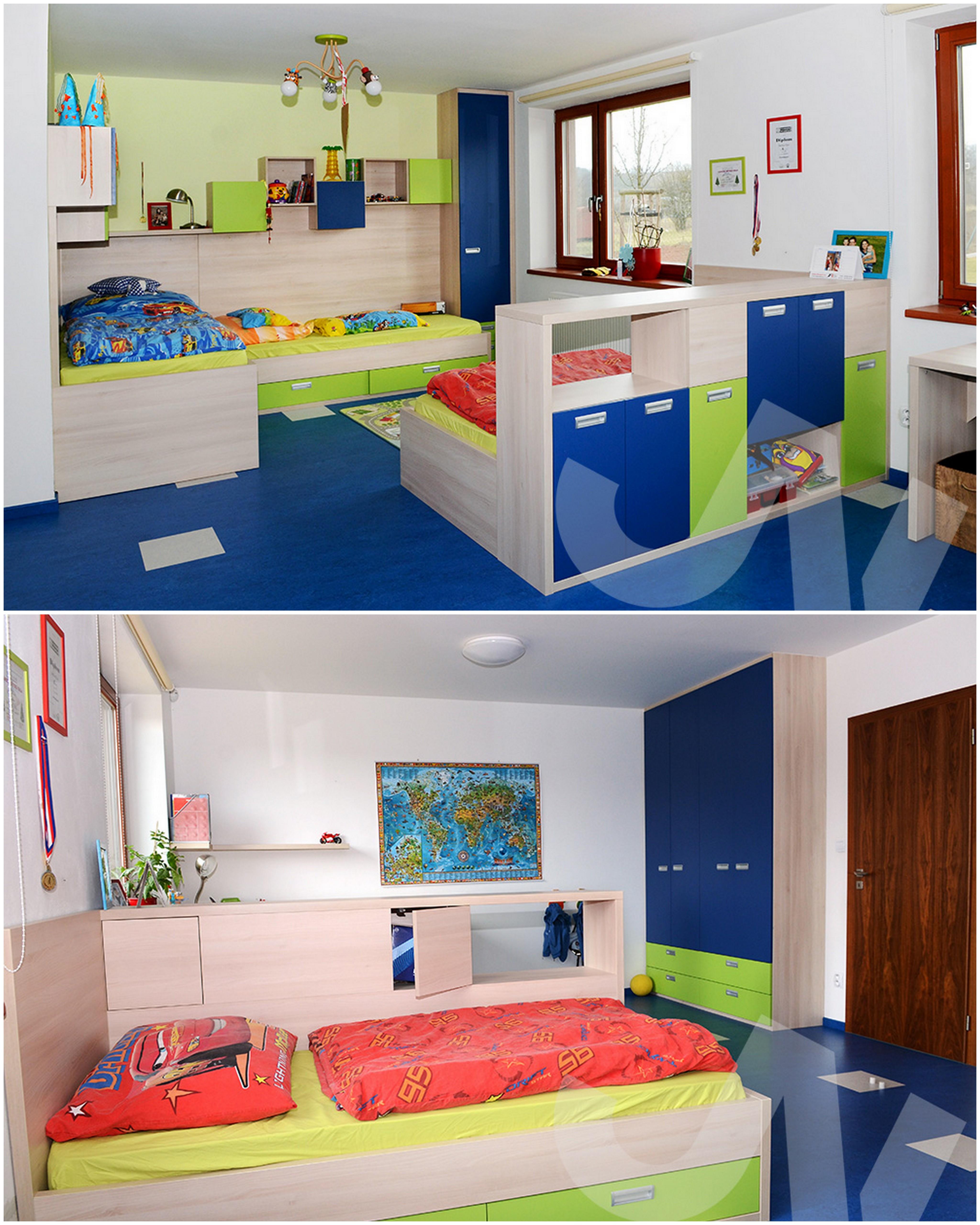 """Modro-zelené kombinace, která pokojíček rozzáří. Opět si všimněte skříňky, která rozděluje pokoj na dvě části. Na část """"spací"""" a na část """"hrací""""."""