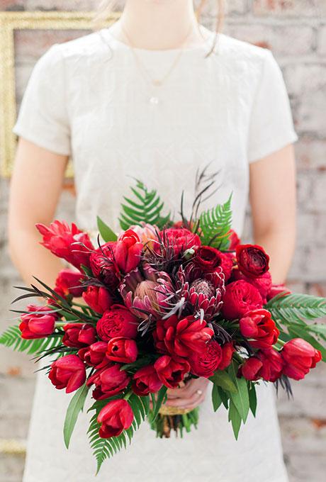 6.2 Červená kytice se zeleným. Zdroj: brides.com