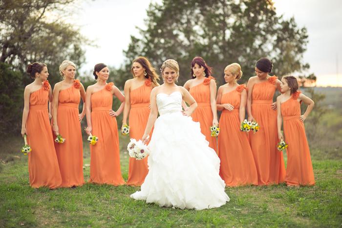 3.1 Družičky v oranžovém. Zdroj: modernlywed.com