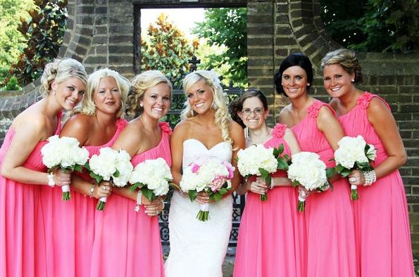 4.1 Růžové šaty. Zdroj: wedbits.com