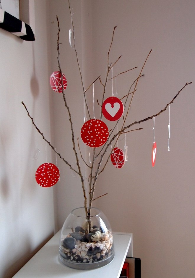 wrap-christmas-gift-cards-ideas-wishing-tree-glass-vase-branches-paper-notes
