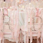 18 úžasných dekorací na židle pro ženicha a nevěstu